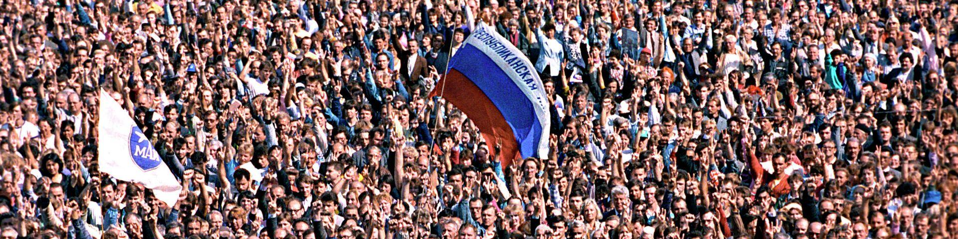 Митинг перед зданием Верховного Совета РСФСР в Москве в ознаменование победы демократических сил над реакцией, когда попытка переворота ГКЧП потерпела крах - РИА Новости, 1920