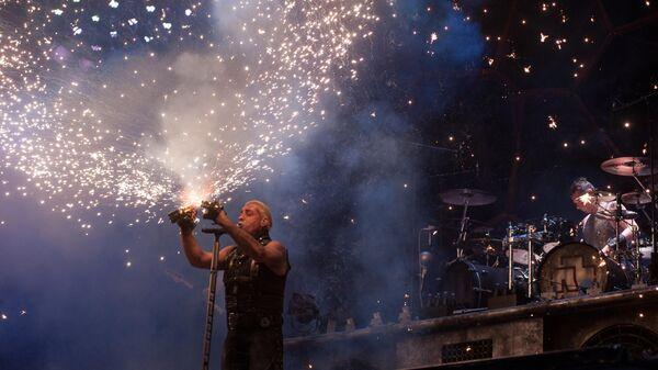 Солист немецкой группы Rammstein Тиль Линдеманн выступает на фестивале Рок над Волгой у поселка Петра-Дубрава Самарской области