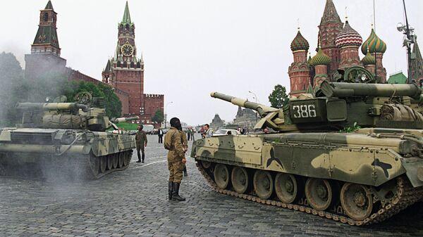 Танки на Красной площади 19 августа 1991года. В этот день группа высших чиновников СССР - члены ГКЧП предприняли попытку государственного переворота и, объявив о чрезвычайном положении в стране, отдали приказ ввести в Москву войска