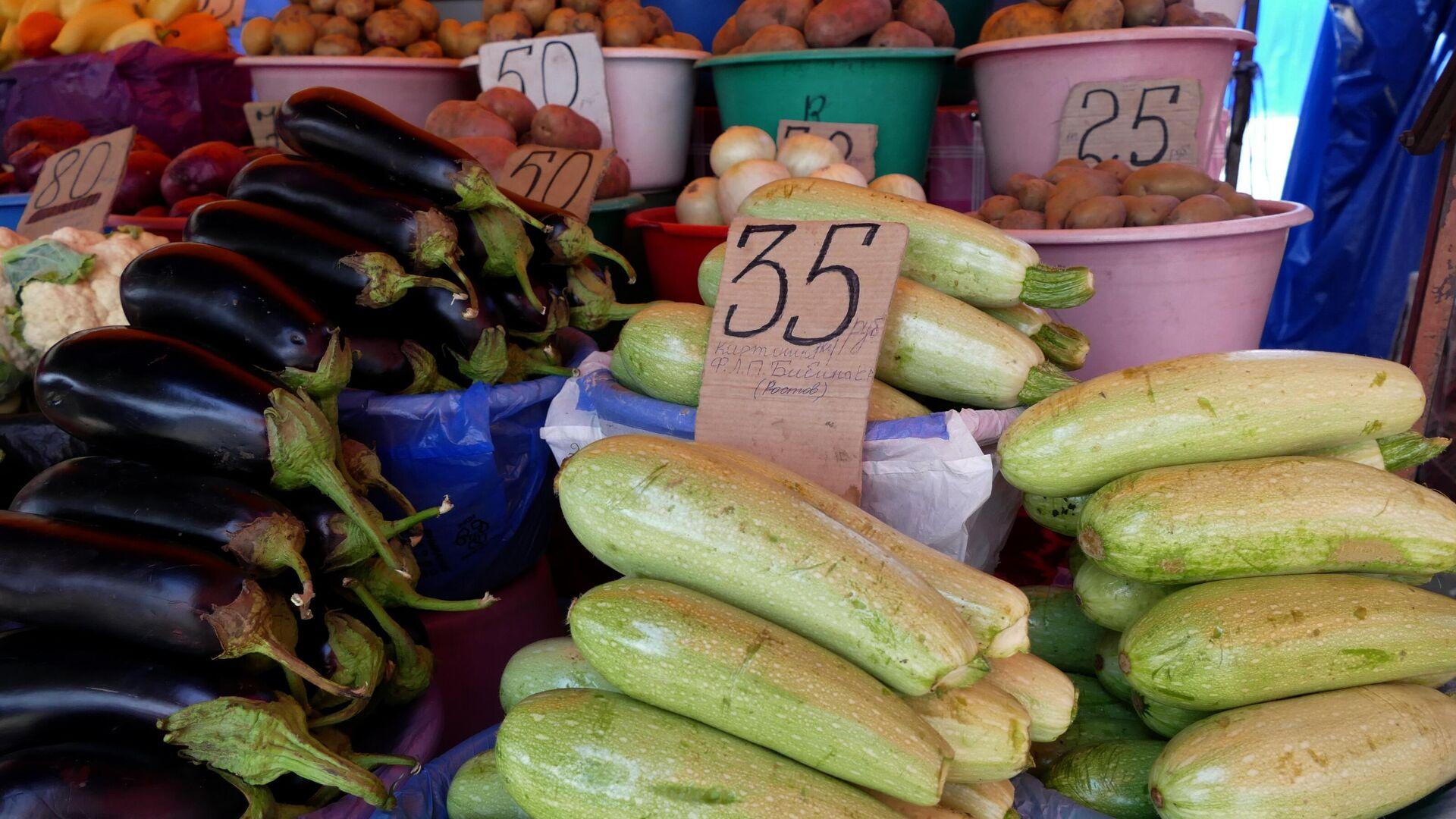 Продажа овощей и фруктов на рынке в Донецке  - РИА Новости, 1920, 21.08.2021