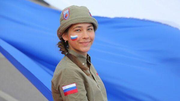 Российский триколор длиной в тысячу метров развернули в Международном детском центре Артек