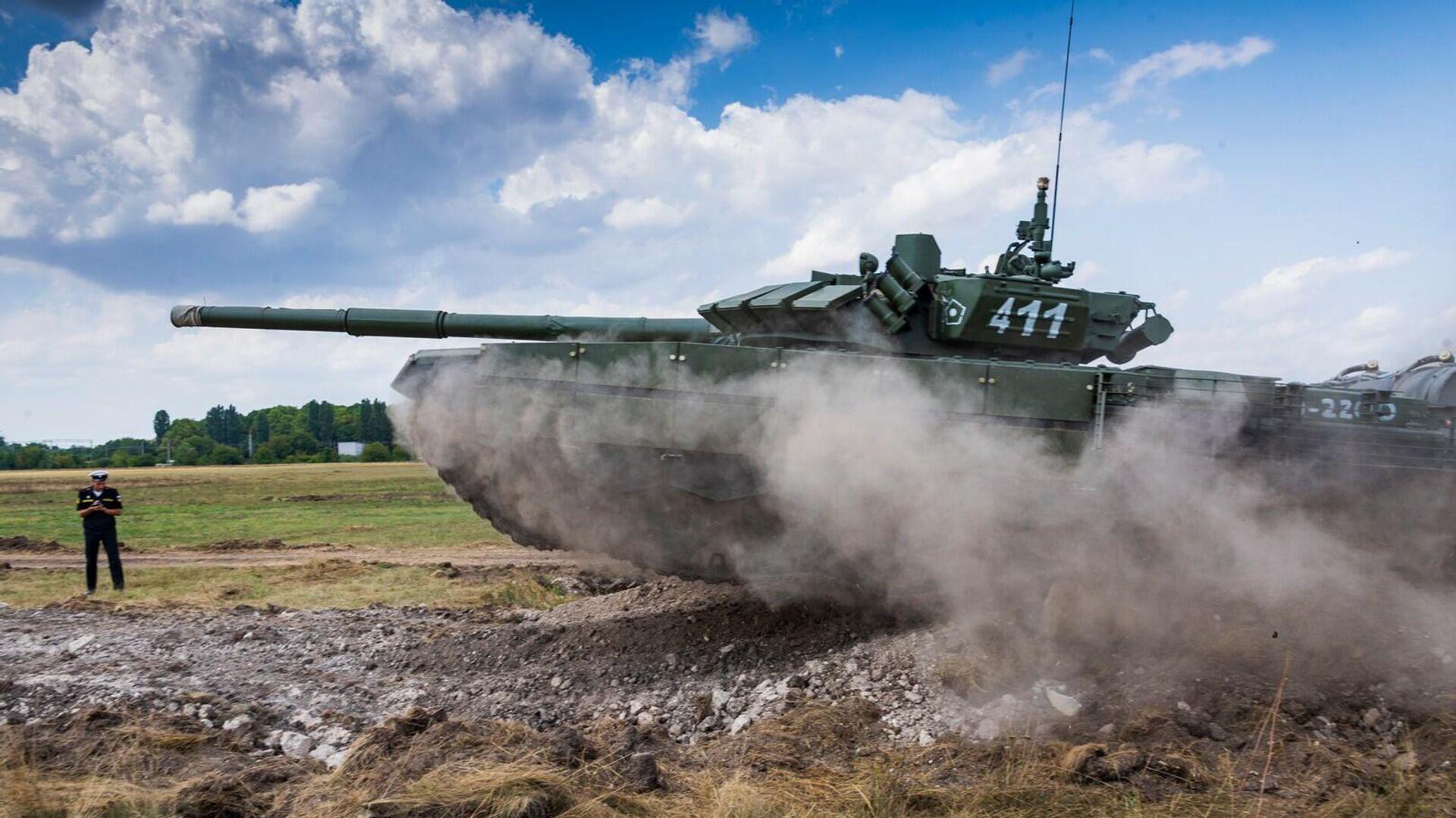Танк Т-72Б3 на полосе препятствий во время подготовки к форуму Армия-2021 в Симферополе - РИА Новости, 1920, 25.08.2021