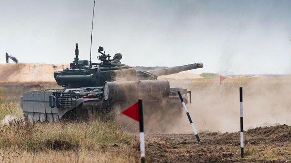 Танк Т-72Б3 во время прохождения полосы препятствий