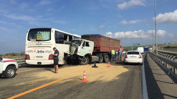 На трассе Новороссийск – Керчь столкнулись рейсовый автобус и грузовик