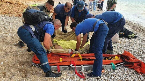 На пляже в Севастополе грунтом завалило двух отдыхающих