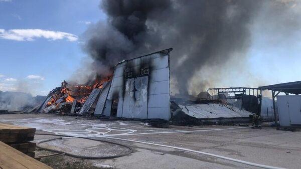 В Севастополе горит крупный мебельный склад в районе Камышового шоссе