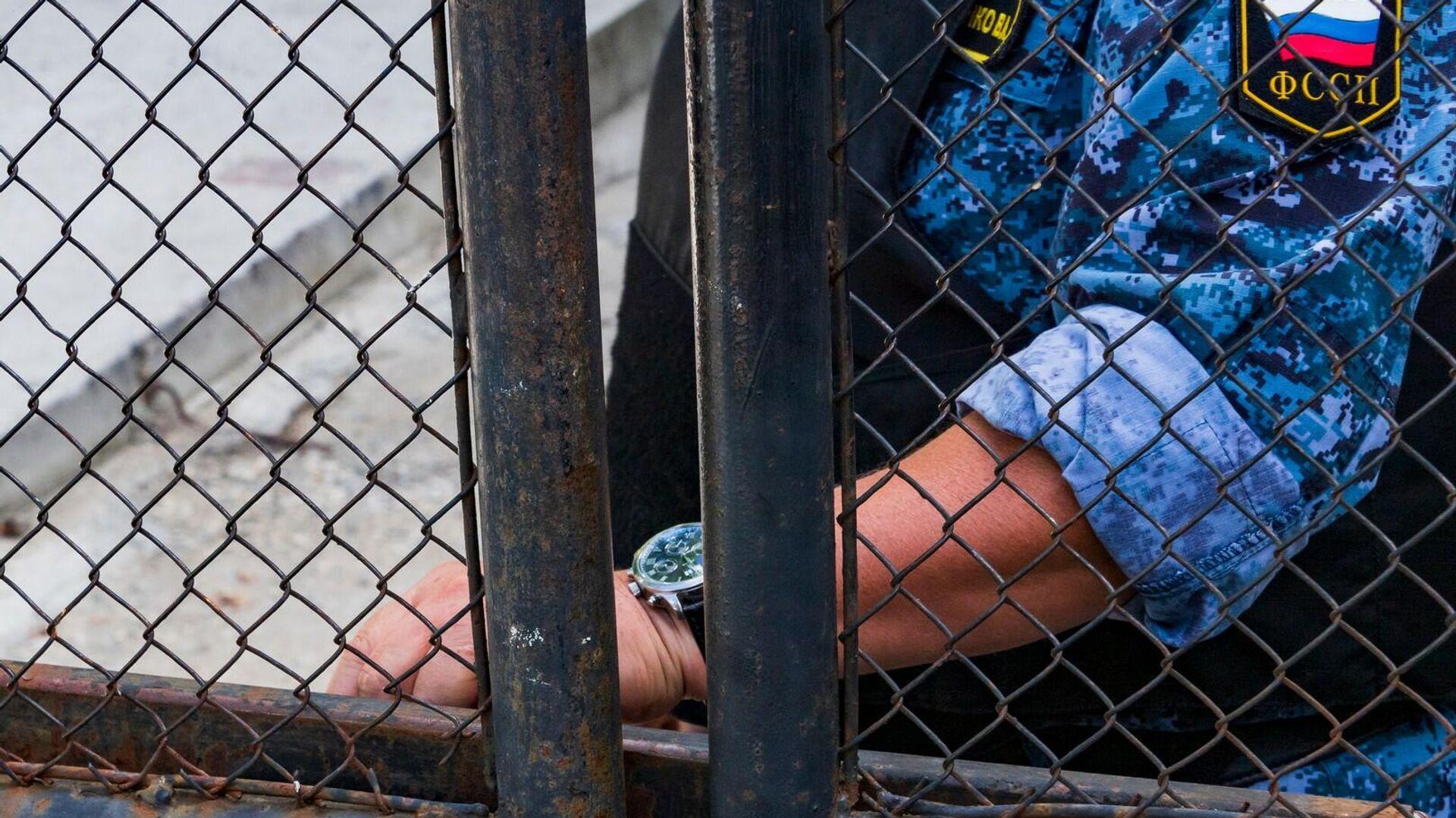 23 августа в Перевальном произошел прорыв трубопровода, по которому газ поступает в воинскую часть. Прорыв был ликвидирован вечером в тот же день. По подозрению в организации диверсии задержаны первый замглавы запрещенного в России меджлиса крымско-татарского народа* Нариман Джелялов и его сообщники. Суд избрал им меру пресечения в виде заключения под стражу сроком на два месяца - до 4 ноября 2021 года. - РИА Новости, 1920, 07.09.2021