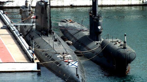 Подводная лодка проекта 663 (справа) в Севастополе