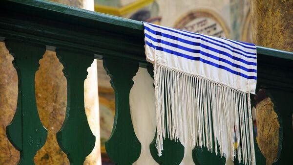 Талит, также та́лес, таллиф (ивр. טַלִּית сефард. талли́т, ашкеназ. та́лес) — молитвенное облачение в иудаизме, представляющее собой особым образом изготовленное прямоугольное покрывало.