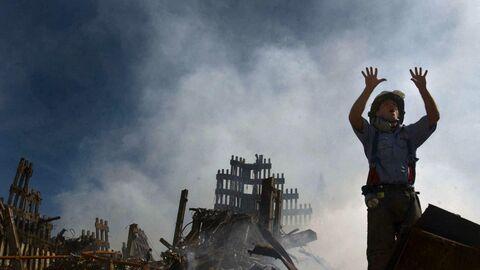 15 сентября 2001 года. На этой фотографии, опубликованной Военно-морским флотом США 18 сентября 2001 года, нью-йоркский пожарный во время разбора завалов на месте Всемирного торгового центра в Нью-Йорке