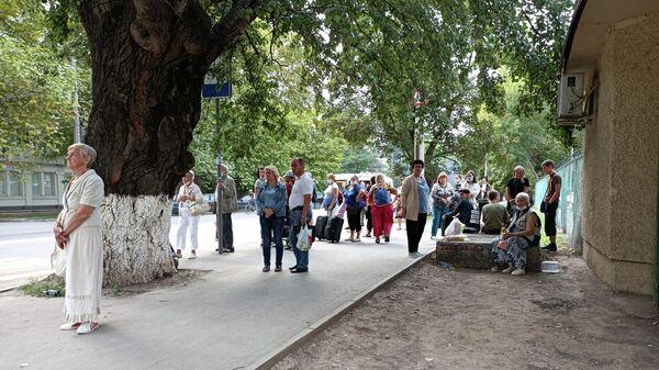 Пассажиры на остановке общественного транспорта в Симферополе после отключения электричества 12 сентября