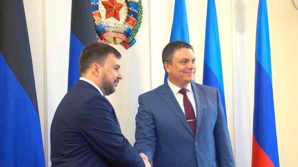 Главы ДНР Денис Пушилин (слева) и ЛНР Леонид Пасечник