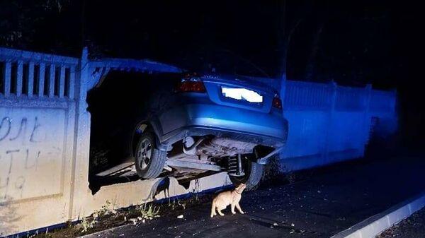Автомобиль застрял в заборе