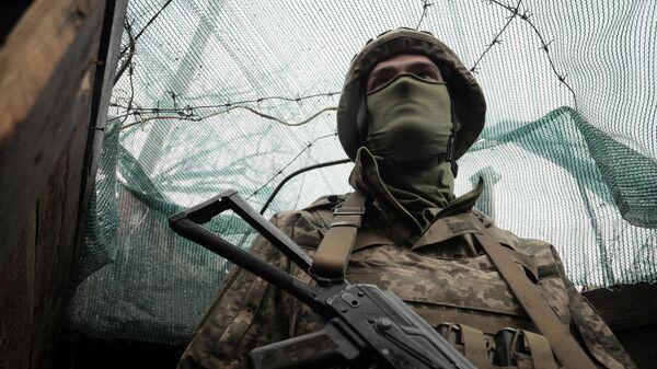 Украинский военнослужащий на позиции на передовой возле городка Марьинка Донецкой области. 20 апреля 2021 года.