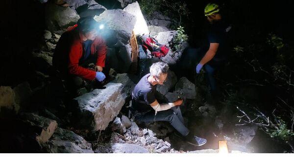 Сотрудники МЧС оказывают помощь туристу, сорвавшемуся с обрыва  в горах под Ялтой