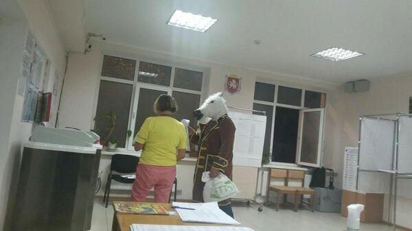 Житель Ялты пришел на избирательный участок в пальто и лошадиной маске