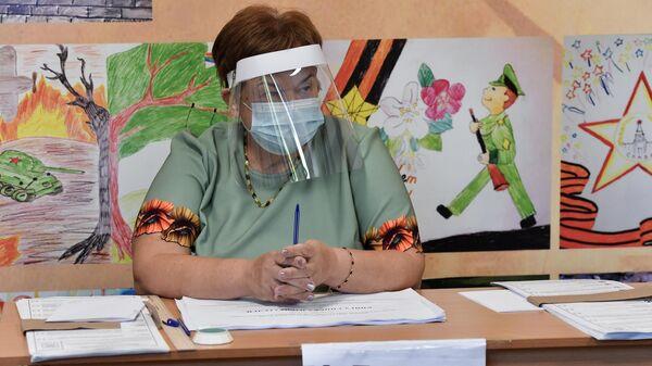 Сотрудница избирательной комиссии на избирательном участке в Симферополе.