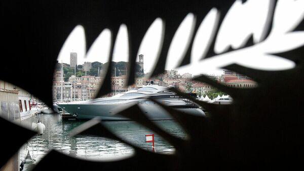 Логотипом Каннского. Канны, Франция, 12 мая 2009 г., накануне открытия 62-го кинофестиваля. Архивное фото