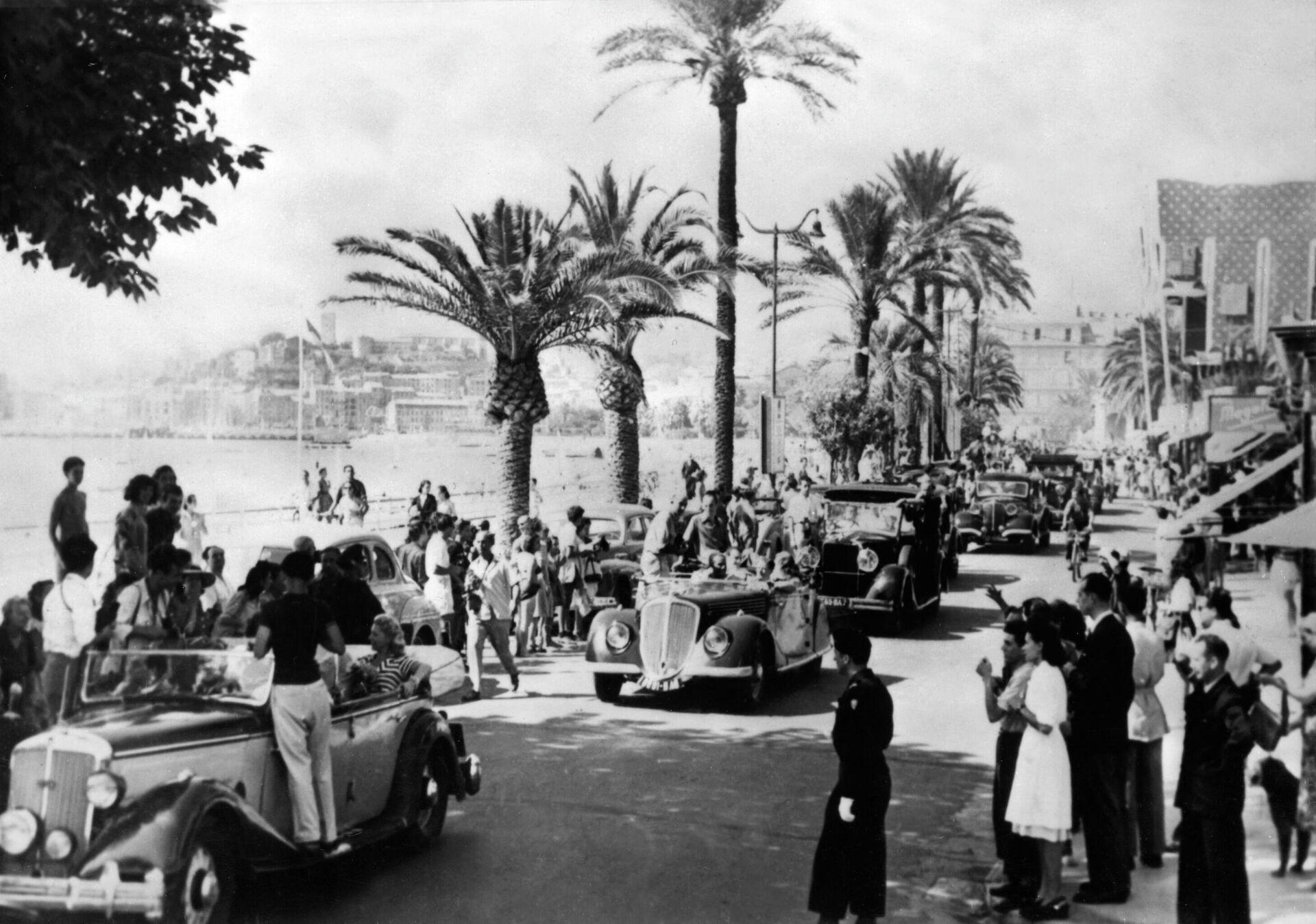 Парад кинозвезд на улице, 8 сентября 1947 года, во время Каннского международного кинофестиваля - РИА Новости, 1920, 20.09.2021