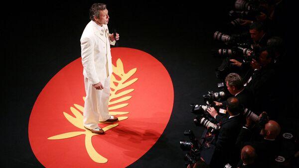 Ведущий фестиваля, французский актер Венсан Кассель выступает с речью на церемонии открытия 59-го Международного Каннского кинофестиваля. 17 мая 2006 года