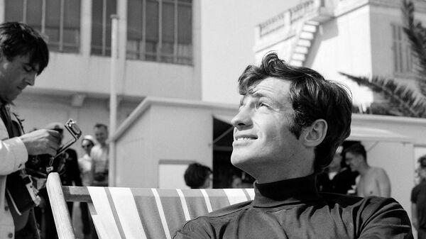 Французский актер Жан-Поль Бельмондо на Каннском кинофестивале. 1 мая 1964 года