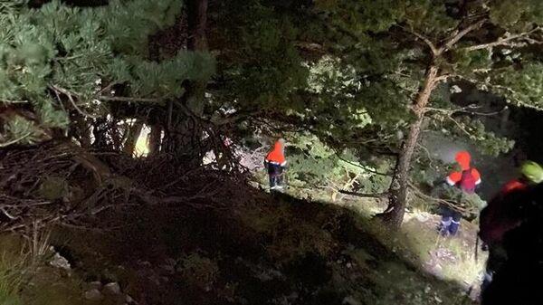 Сотрудники МЧС Крыма 12 часов спасали в горах на ЮБК туриста, который застрял на опасном склоне