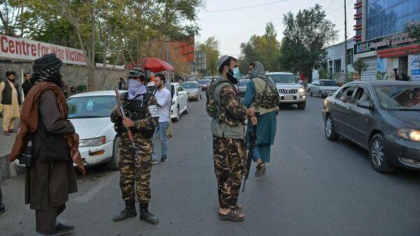 Боевики Талибана (террористическая организация, запрещенная в России) охраняют вход в больницу, куда должны доставить пострадавших от взрыва в Кабуле 3 октября 2021 г.