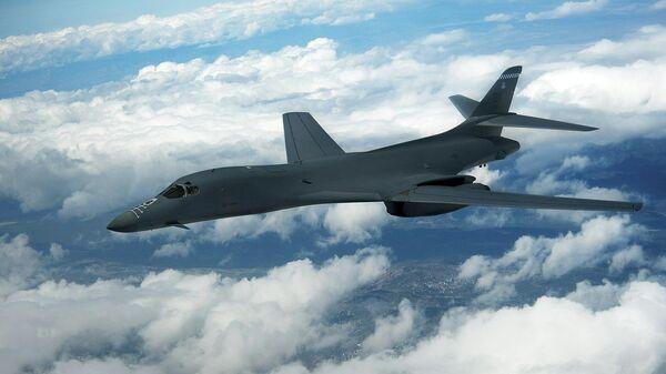 Стратегический бомбардировщик B-1B Lancer ВВС США над Северным Нью-Мексико. 21 апреля 2010 года