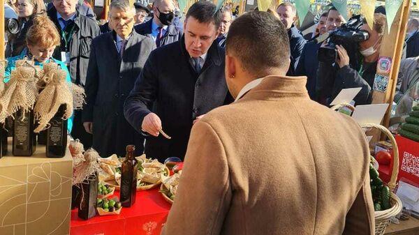 Министр сельского хозяйства России Дмитрий Патрушев дегустирует крымское оливковое масло на Национальном конкурсе Вкусы России