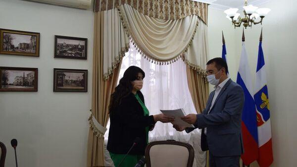 Вручение соглашений на получение материальной помощи на завершение строительства жилого дома гражданам из числа реабилитированных народов и их семьям в Симферополе