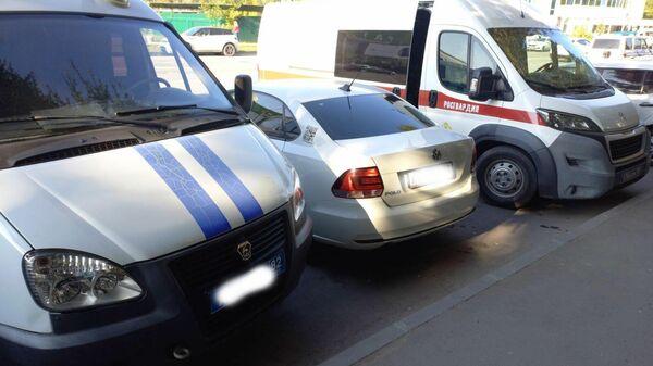 Автомобили у здания Роспотребнадзора в Симферополе