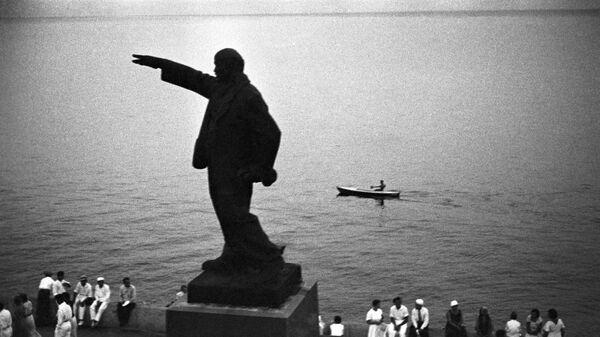 Первый памятник В.И.Ленину на набережной в Ялте