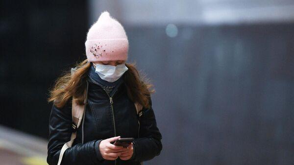 Девушка в защитной маске во время рейда по соблюдению масочного режима в метро на станции Площадь Ленина в Новосибирске
