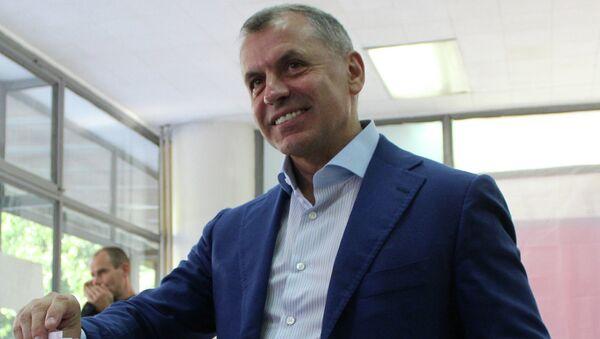 Председатель Государственного совета Крыма Владимир Константинов во время голосования