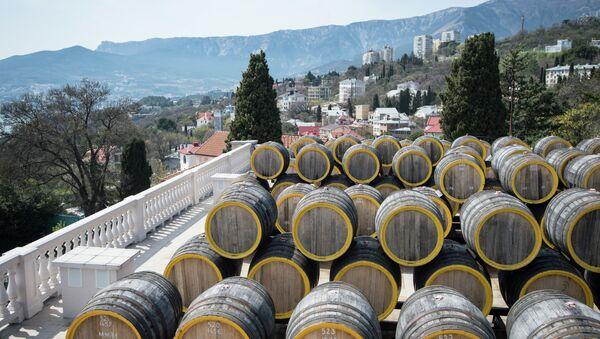 Ряды дубовых бочек для вызревания вина марки Мадера на винодельческом заводе Массандра