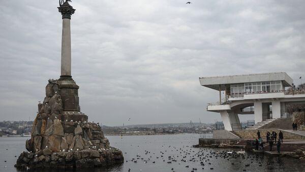 Вид на памятник Затонувшим кораблям и набережную в Севастополе. Архивное фото