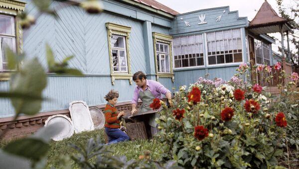 Художник Владимир Пыжов с сыном на участке своего дома