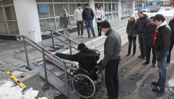 Установка первого в Московской области пандуса для инвалидов в микрорайоне Заря города Балашихи