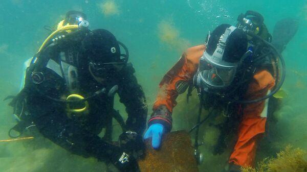 Водолазы обследуют акваторию Черного моря