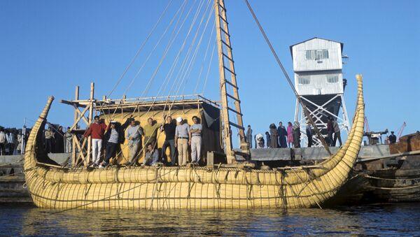 Экипаж папирусной лодки Ра-2 в порту города Сафи