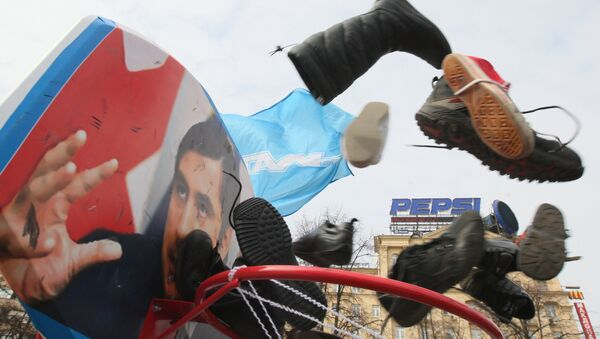 Молодежное движение Наши провели соревнования по киданию ботинками в фотографии политиков