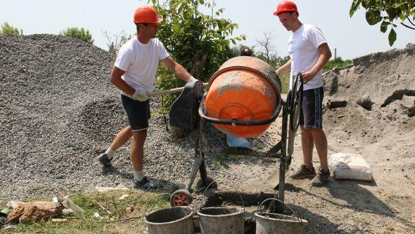 Бывшие наркоманы во время строительных работ в Крыму
