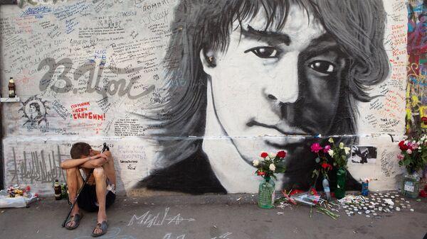 В 1990 году, после смерти Цоя, в Москве в Кривоарбатском переулке стихийно появилась Стена Виктора Цоя, которая стала неофициальным местом поклонения лидеру группы Кино. Поклонники группы исписали стену надписями Кино, Цой жив, цитатами из его песен и признаниями в любви музыканту.