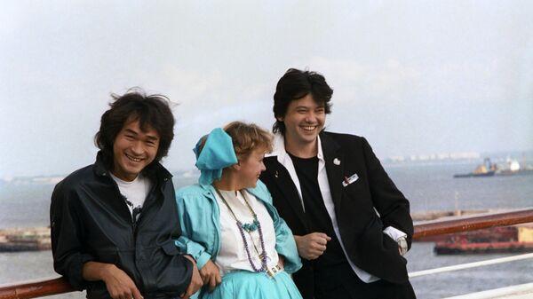 В 1988 году на экраны вышел культовый фильм Игла, одну из главных ролей в котором сыграл Цой. На фото: Виктор Цой, актриса Нина Ильина, режиссер фильма Игла Рашид Нугманов.