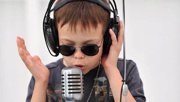 Посетитель играет на чудесном преобразователе голоса