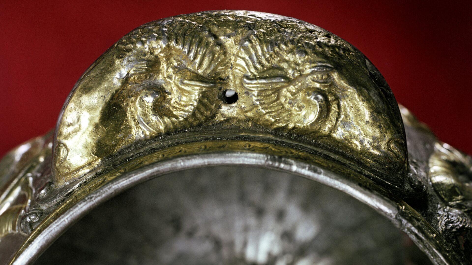 Золотая ручка чаши в форме двух голов баранов - РИА Новости, 1920, 02.01.2021