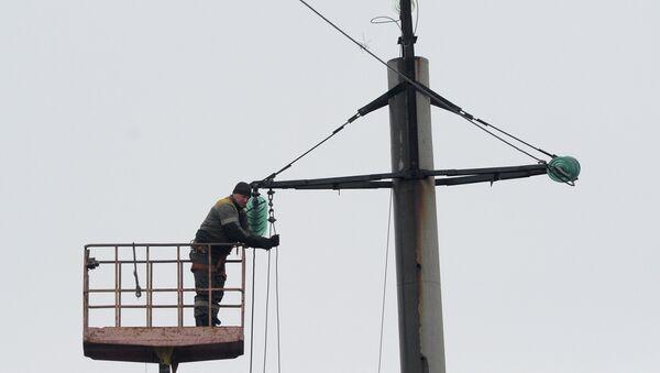 Электромонтеры за работой