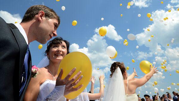 Молодожены после церемонии бракосочетания