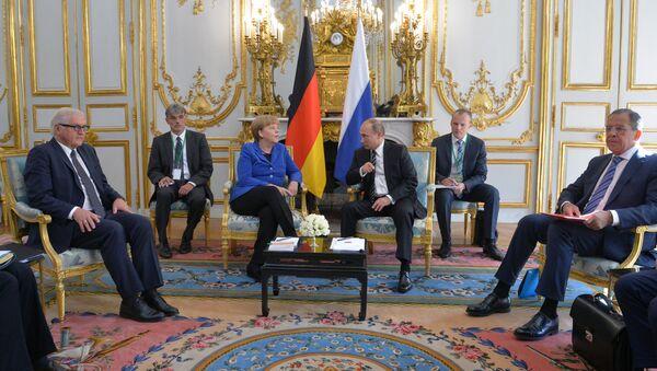 Президент России Владимир Путин и канцлер Федеративной Республики Германия Ангела Меркель во время встречи в Париже
