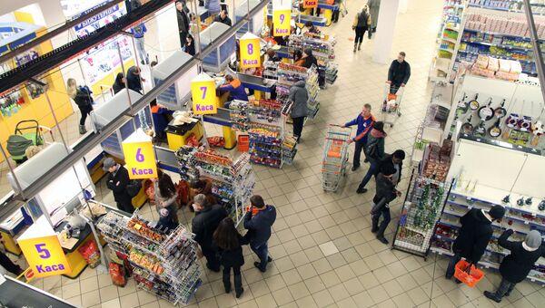 Посетители в супермаркете в Симферополе